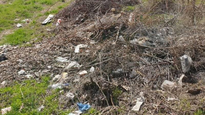 Горожанин жалуется на стихийную свалку на территории разрушенного дома на Элебаева. Фото