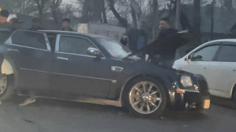 В Новопавловке лоб в лоб столкнулись Chrysler и BMW. Фото очевидца
