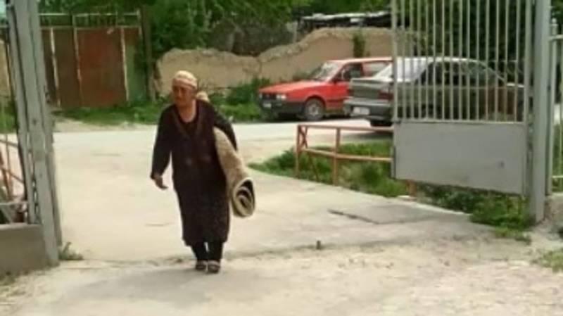 «Бабушка принесла из дома ковер». В Кара-Суу собрали гумпомощь для пострадавших в Баткене. Видео