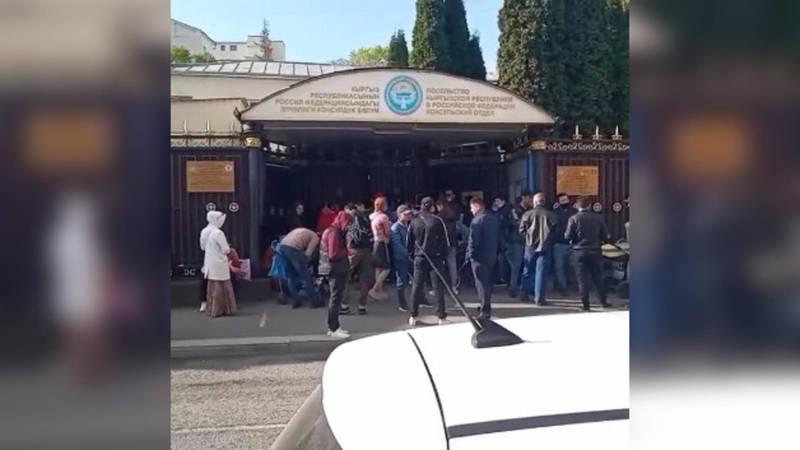 Кыргызстанец жалуется на очереди у посольства КР в Москве