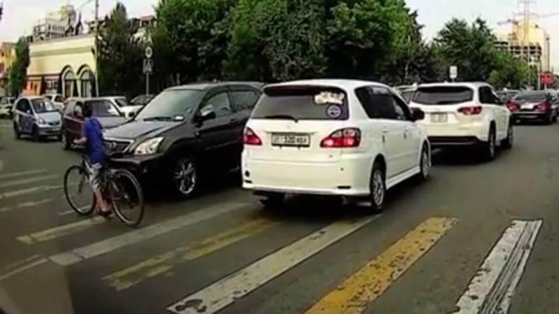 Лексус RX300 сбил мальчика на велосипеде. Видео