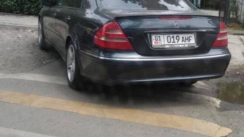«Мерседес Е320» припарковался на зебре. Фото