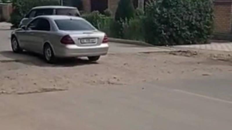 На Тыныстанова раскопали новый асфальт и не восстановили. Видео