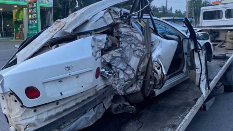 «Всмятку». На Алматинке авто врезалось в дерево. Видео и фото