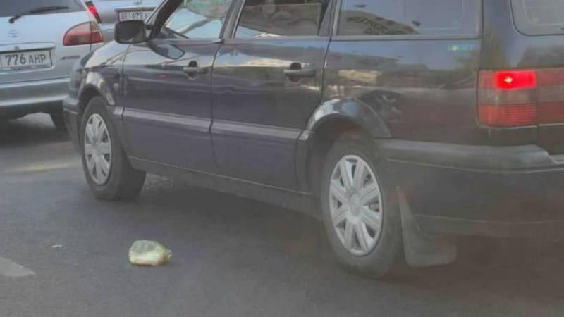 Неизвестные выбросили пакет с мусором на дорогу в центре города, - горожанин