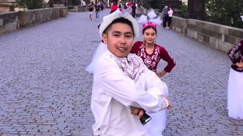 Кыргызстанец Нургазы в Чехии снял клип и перепел песню «Мөлмөлүм»