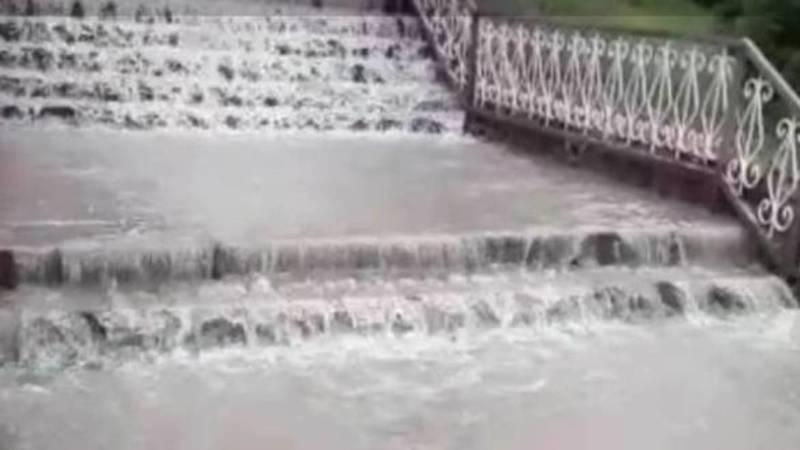 Улицы в Чолпон-Ате затопило после дождя. Видео
