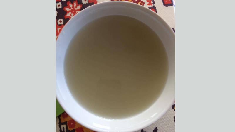 Жительница Каракола жалуется на грязную питьевую воду. Фото