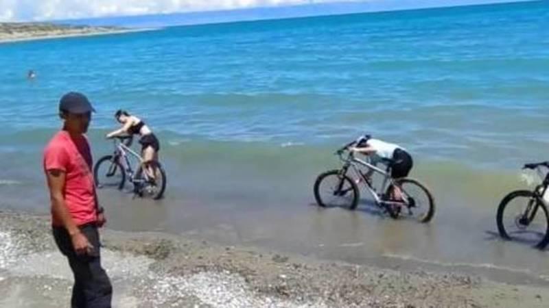 Велосипедисты моют велосипеды в озере Иссык-Куль, - очевидец