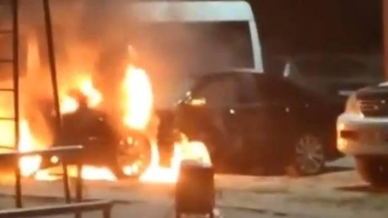 Возле «Космопарка» сгорел «Мерседес». Видео