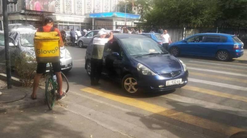 Водители «Хонды» и «Лексуса» припарковались на пешеходе, чтобы посмотреть схватку Тыныбековой. Фото