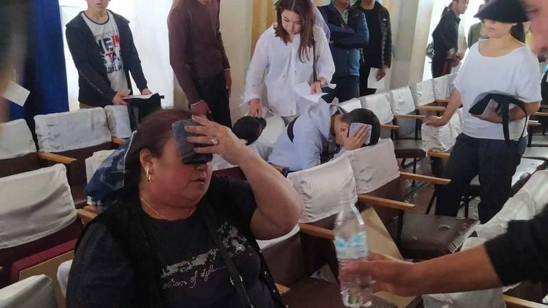 В Автодорожном колледже во время собрания на людей упала люстра. Фото