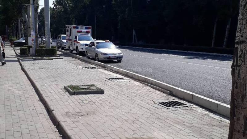 На проспекте Ч.Айтматова машины паркуются на проезжей части (фото)