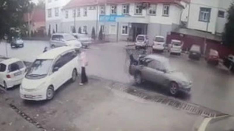 Видео — «Мазда» сбила парня на пешеходном переходе. Момент наезда