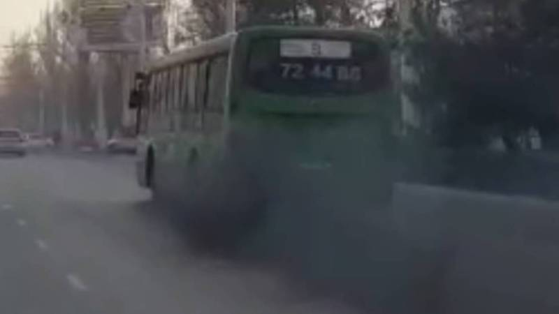 По улицам Бишкека автобус №9 сильно дымит и создает плохую видимость (видео)