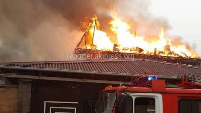 На ул.Луганской сгорел дом (видео)
