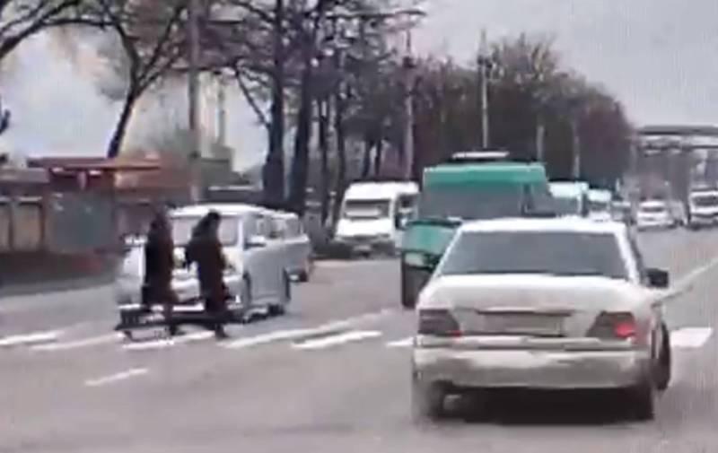 Видео – Девушка отлетела на несколько метров. Ее на пешеходном переходе сбил бусик