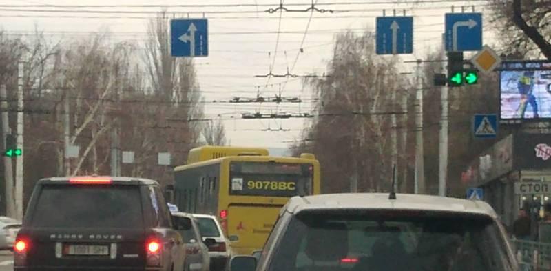 На Байтик Баатыра-Ахунбаева водитель автобуса №42 повернул на запрещающий знак (видео)