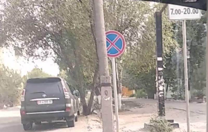 На Горького–Фатьянова массовое нарушение знака «Остановка и стоянка запрещена» (видео)