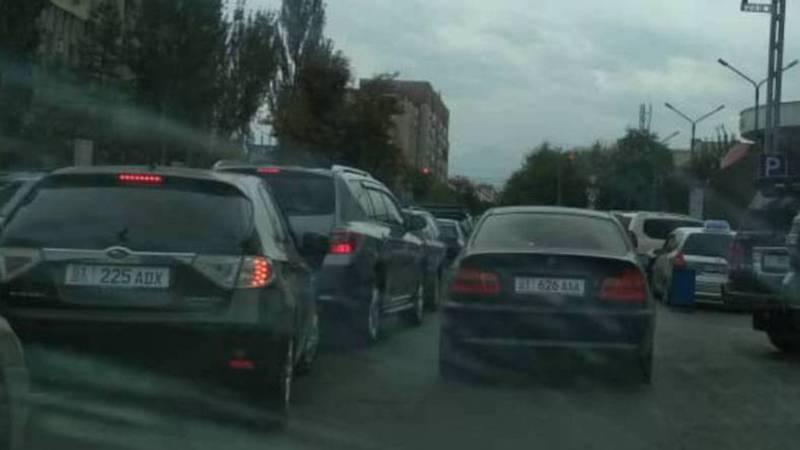 На Чуй - Шопокова водитель «БМВ» оставил машину на проезжей части и создал пробку (фото)