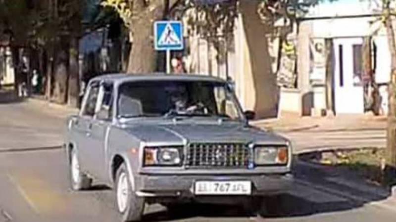 Водитель «Жигулей» на большой скорости проехал на встречной полосе на красный сигнал светофора (видео)