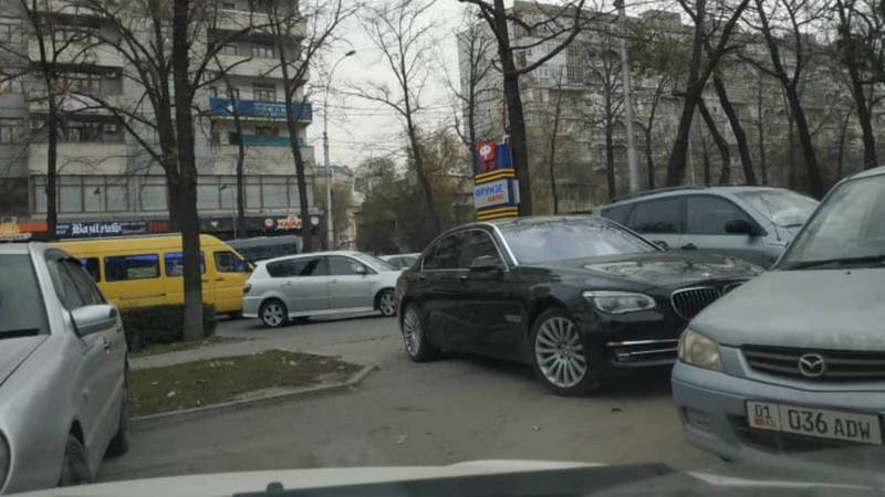 На Манаса-Токтогула «БМВ» закрыл проезд на парковку, очевидец