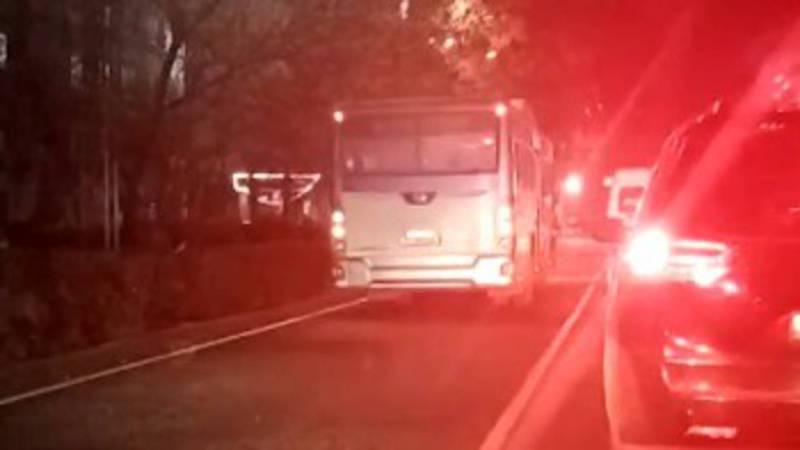 На Московской-Турусбекова автобус выехал на встречную полосу, за ним последовали еще три автомобиля (видео, фото)