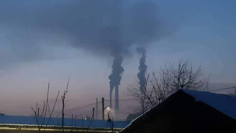 Фото — Из трубы ТЭЦ идет густой дым