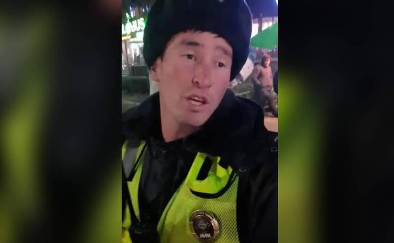 Патрульный отказался регулировать пробку в центре Бишкека. Это возмутило прохожего. Видео
