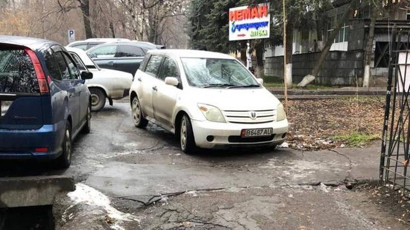 В Бишкеке «Тойоту» припарковали на тротуаре. По Carcheck она находится в аресте и имеет штрафы на 10 тыс. сомов (фото)