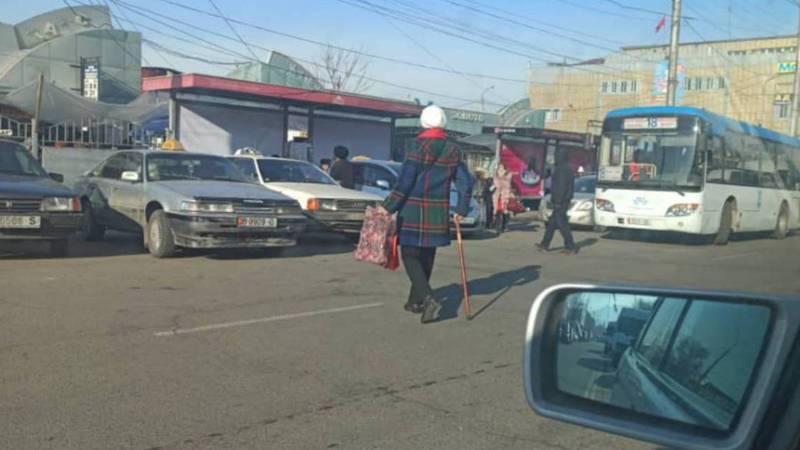 Возле Ошского рынка таксисты заняли всю остановку. Фото