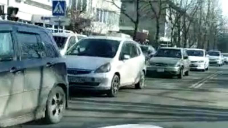 На Суеркулова-Абая из-за «лежачего полицейского» каждый день стала образовываться пробка, - горожанин