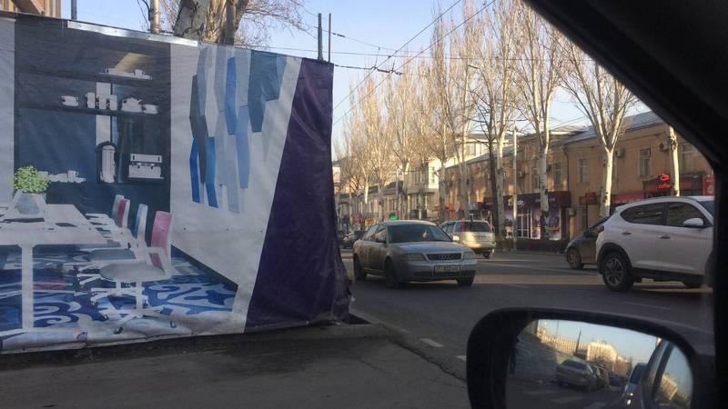 На улице Чокморова временный забор закрывает обзор водителям. Фото