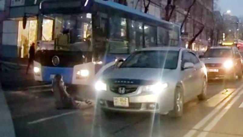 На пешеходном переходе девушка чуть не попала под колеса автобуса. Видео