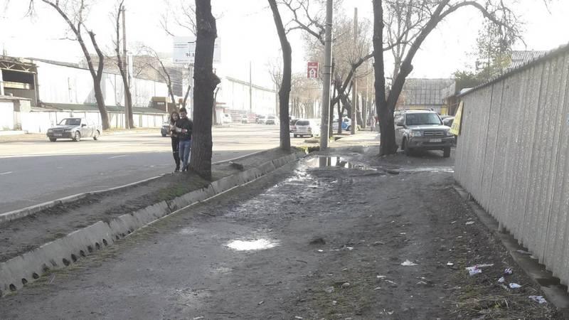 На ул.Горького напротив «Таш-Рабата» нет тротуара, - бишкекчанка