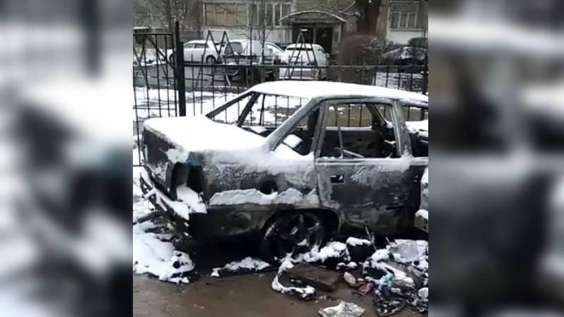Ночью в мкр Восток-5 сгорели две машины. Видео