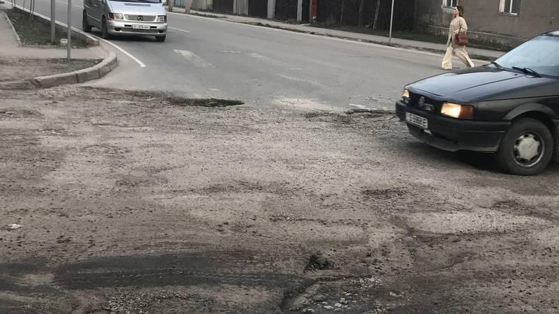 Ямы на дороге на Интергельпо-Жамгырчинова создают аварийные ситуации, - бишкекчанин