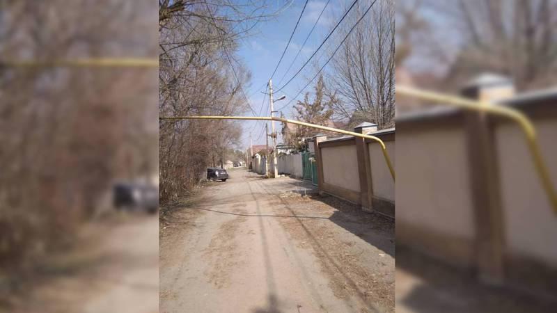В Бишкеке водитель ЗИЛ сбил трубу газопровода, которая пересекала улицу. Он утверждает, что высота трубы не соответствует строительным нормам