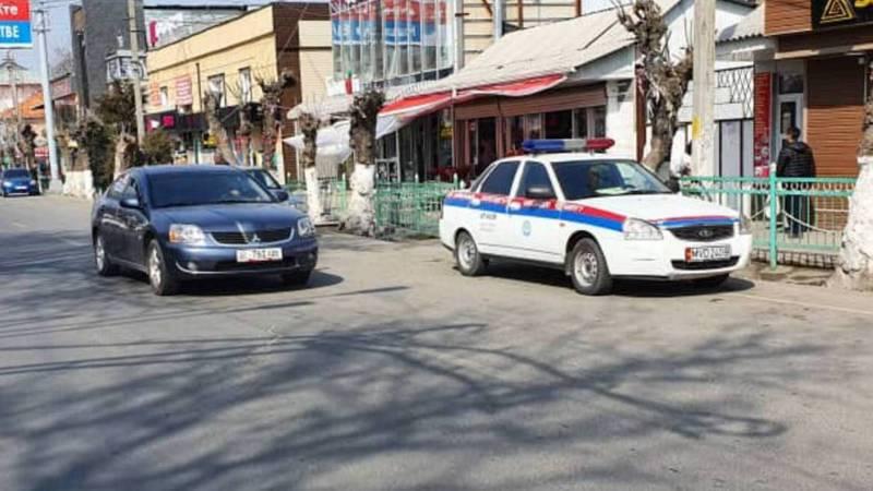 В Оше служебная машина МВД припаркована в неположенном месте. Фото