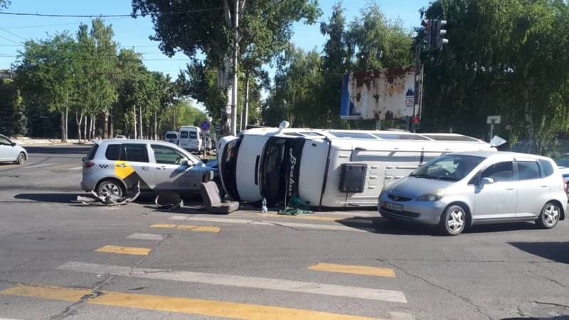 Микроавтобус опрокинулся от столкновения с «Маздой». Фото