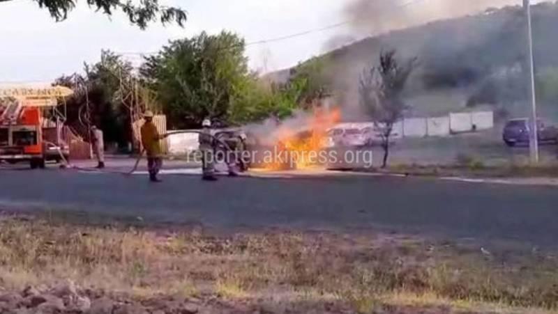Момент тушения полыхающей машины в Жалал-Абаде сняли на видео