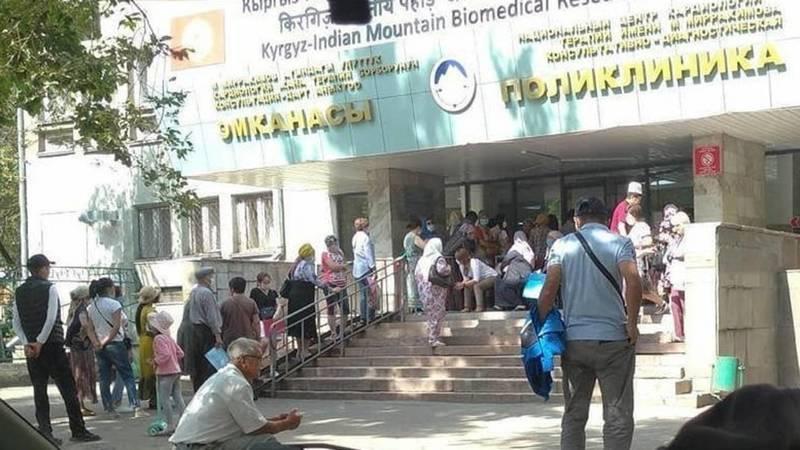 На входе в центр кардиологии собралась огромная очередь. Фото