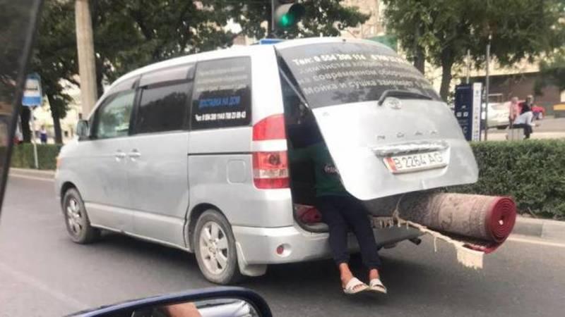 В мкр Восток-5 ребенок ехал в открытом багажнике «Тойоты Ноа». Фото очевидца