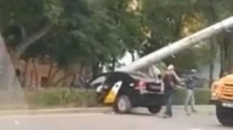 На проспекте Айтматова «Фольксваген» врезался в столб. Видео