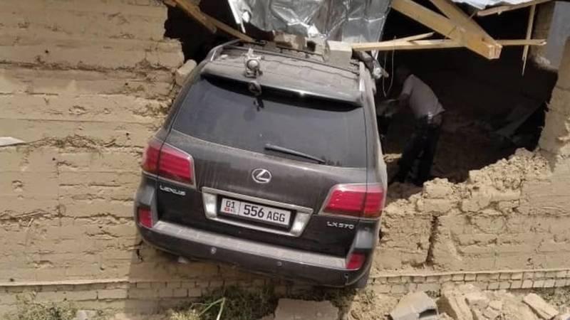 Lexus LX 570 пробил стену и заехал в недостроенный дом (дополнено фото)