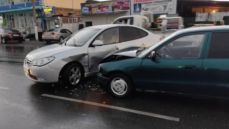 В Оше две машины столкнулись, выехав на встречку. Фото очевидца
