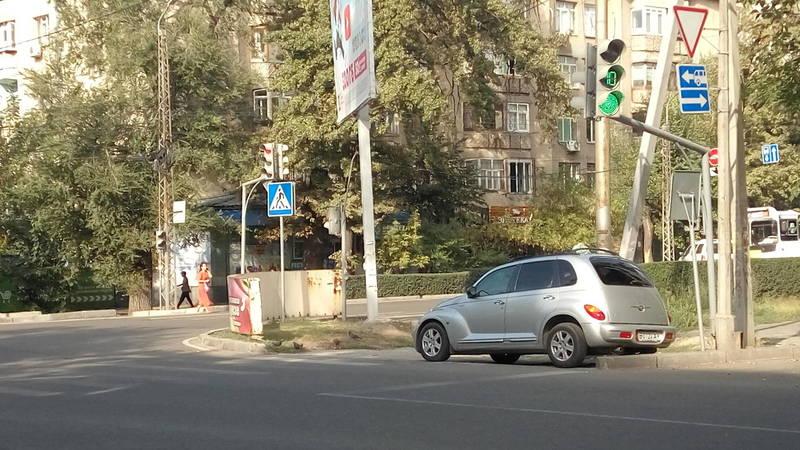 На ул.Московской таксист припарковал «Крайслер» на пешеходном переходе. Фото