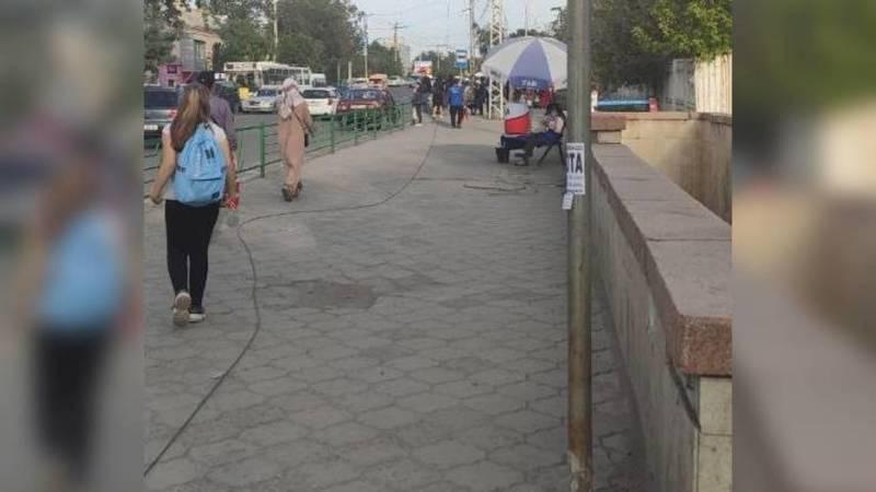 На перекрестке Чуй-Фучика вдоль тротуара лежит оборванный провод