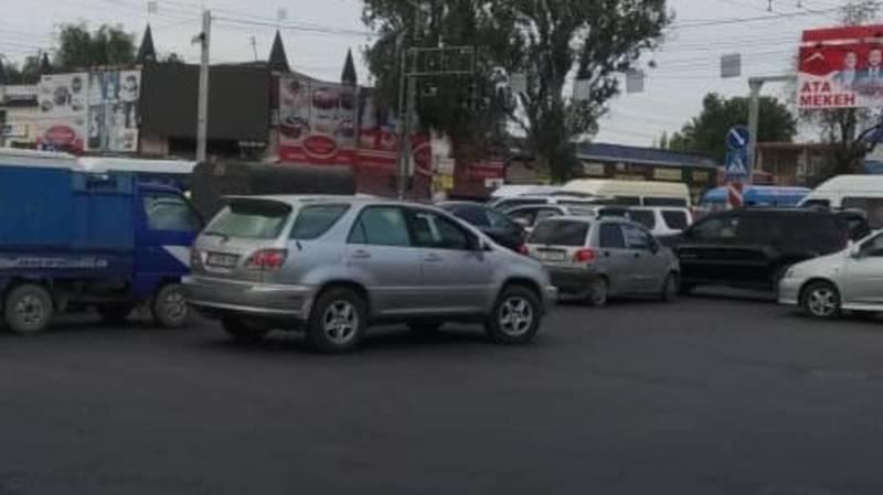 На проспекте Жибек Жолу пробка из-за неработающего светофора. Фото очевидца