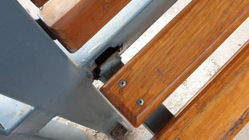 На остановке в мкр Восток-5 сломаны скамейки. Фото